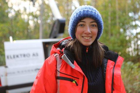 SKIFTAR LYS: Heidi Sundal (20) stortrivast som lærling i Fokus Elektro. Her er ho på jobb ved storevatnet der bedrifta ho jobbar i skiftar ut gamle halogen-lys med LED.