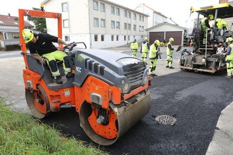 ASFALTERING: Måndag 26. oktober var to asfaltlag og i alt 20 personar i sving med å legge ut 200 tonn asfalt på Evja i Florø.
