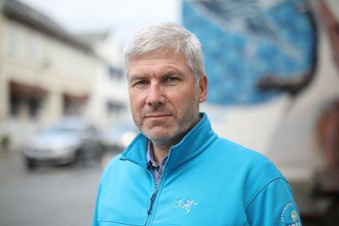JAKTAR FOLK: Kjetil Høidal, rådgivar for idrett og friluftsliv i Kinn kommune, er på jakt etter ein eller fleire som kan ha tilsyn med idrettshallane i Florø.
