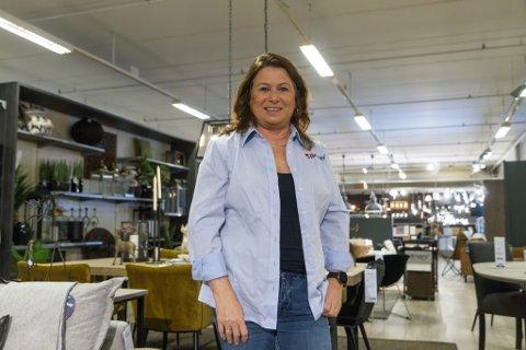 MØBELANSVARLEG: Elin Iren Kalland er møbelansvarleg på Bohus i Førde. Nyleg fekk dei sin største ordre nokosinne.