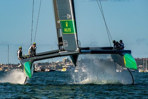 HØGT OG FORT: Det går unna når dei ekstreme seglbåtane bygt for høg fart, konkurrerer i SailGP. No har Evoy fått foten innafor den fascinerande sporten.