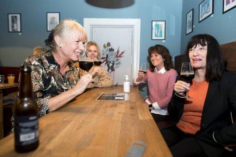 «Humlene» samlet på Apollon for å smake juleøl til mat og kos; fra venstre: Inger Vestrheim, Mirella Bodoni, Wenche Hjelmås og Rita Grøtte.