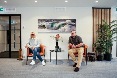Jobbar internasjonalt: Annelin Fure og Morten Lyng styrer prosjekt i Sverige og Singapore frå administrasjonen i den nyoppussa andre etasje i Paulsenhuset i Gate 1.