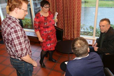 GRUPPELEIARMØTE: Eit bilde frå desembermøtet. Frå venstre Jeffrey Meijer frå SV, Nina Grotle (Ap) Harry Gulestøl (H- sitjande) og Svein Olav Senneset (V)