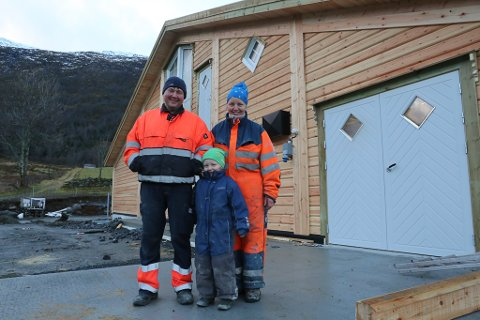TØMMERFJØS: Den driftige familien har seks barn. Her ser vi Stein-Kåre Karstensen og Mildrid-Annette Indredavik med minstemann Samuel.
