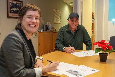 HER ER SMIL OG GLEDE: Hamnesjef Linda Mortensen Midtbø og Consto-leiar Lars Osland signerte i dag kontrakten for bygging av ny hamneterminal på Fugleskjærkaia.