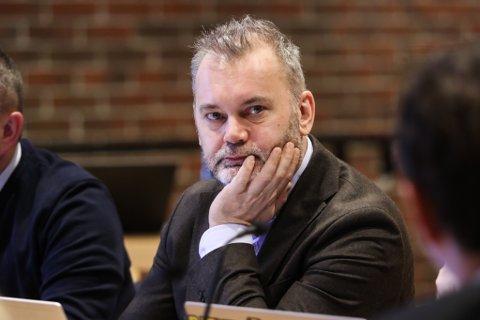 KRITISK: Ordførar Ola Teigen vil ha eit møte med samferdsledepartementet for å få eit betre flytilbod.