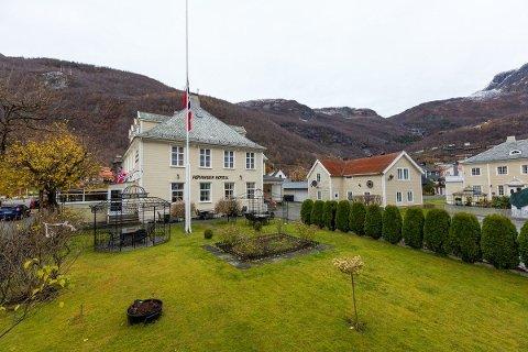 TIL SALS: Høyanger Hotell er lagt ut på tvangssal for 1,6 millionar kroner.