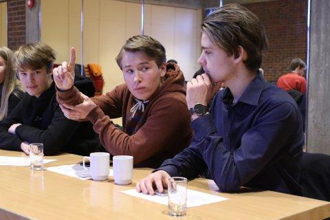 DEBATT: Det var heftig debatt under det første kommunestyremøtet for ungdom i Kinn. I midten ungdomsordførar Håkon Skram Heggen. Til høgre for han igjen Mathias Refvik Henriksen.