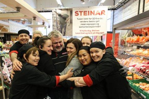 SISTE DAG: Fredag var Steinar Svardal sin siste dag som sjef på Eurospar Krokane. – Det er tungt, seier Svardal. Og det har det også vore for dei tilsette. Dei har gått saman og fått laga ein stor plakat med helsing til sjefen sin.