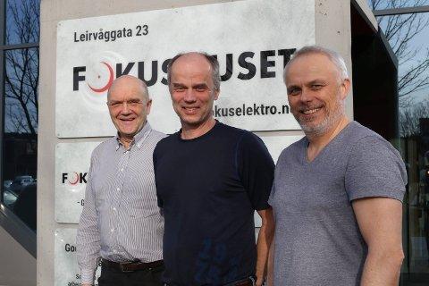 JUBLAR: Svein Nødseth, Tore Nyttingnes og Magnar Nordal, eigarane av Fokus Elektro i Florø, jublar over Førde-kontrakten.