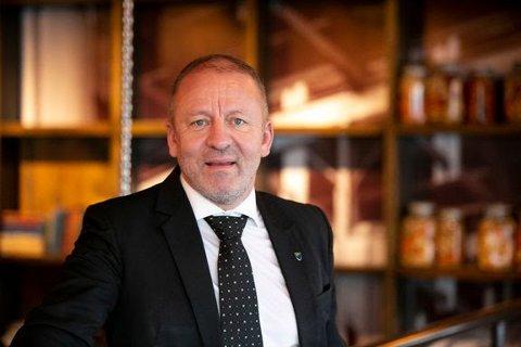 FARGELEGG KYSTEN: FIskeri- og sjømatminister Geir-Inge Sivertsen set bremsene på for oppdrettarane frå Nordholdaland til Hustadvika.