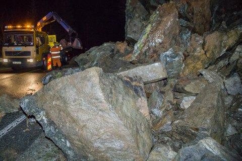 FARLEG VEG: Dette er eitt av mange steinras som har råka Rv 5 mellom Naustdal og Florø gjennom åra. Arkivfoto.