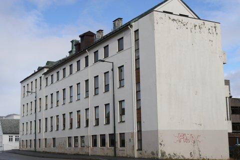TIL FORFALL: No er det bestemt. På denne tomta blir det ny institusjon for eldreomsorga  i Florø. Om bygget skal rivast eller rehabiliterast blir ein seinare diskusjon.