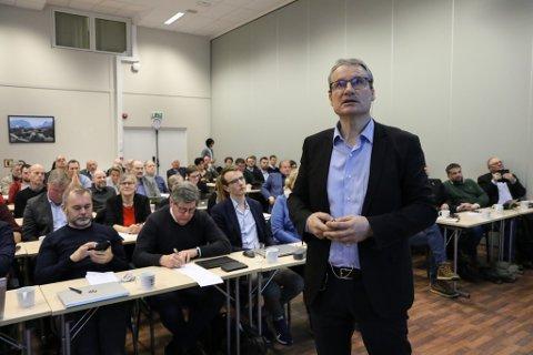 KAMP OM VEGKRONER: Olve Grotle held innlegget sitt på innspelsmøtet, der han som regionrådsleiar legg hovudvekta på behovet for E39-omlegging ved Førde. Ola Teigen sit t.v. på første rad, med Reidar Sandal attmed seg.