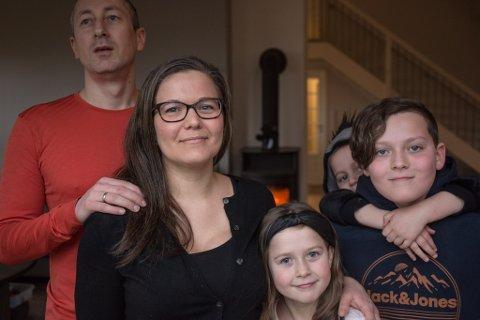 HEIME MED SKULE OG BARNEHAGE: Fv. Terje Birkeland, Terese Meland, Erika og Mathias med Dani på ryggen.