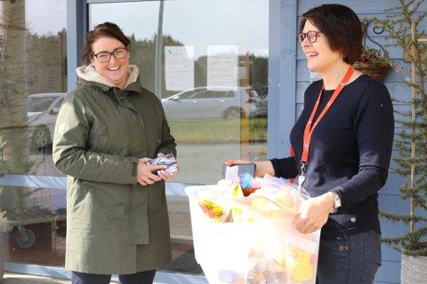 Torsdag fekk Stine Hovland og Florø omsorgssenter overlevert ein heil kasse med påskepynt til institusjonen. Pynten er laga av elevane ved Brandsøy skule, og vart levert av lærar Arlene Vågene.