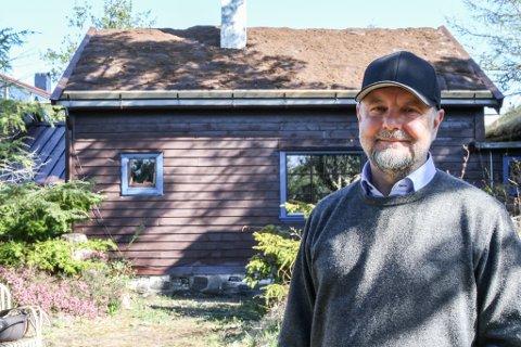 Huset bak dagleg leiar ved Kystmuseet, Frank Meyer, har fått nytt torvtak. Reparasjonen var tvingande nødvendig, ettersom taket stod i fare for å rase ut.