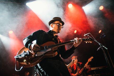COOL: Steinar Karlsen tek den kule og harmoniske ørkenrocken med på tur til verdsrommet på si nye plate.
