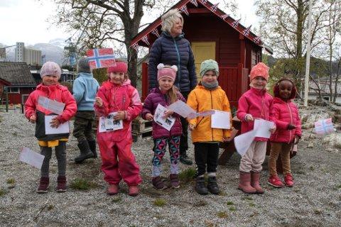 Her er nokre av barna i Nepjarhaugen barnehage avbilda då dei i vår song for bebuarane på Docen II og tjuvstarta feiringa av Florø bys 160 årsjubileum laurdag 16. mai.