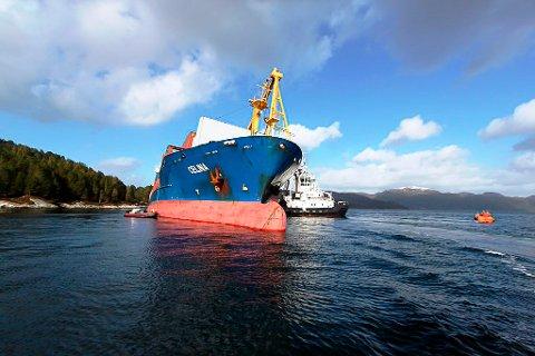 """ILLUSTRASJONSFOTO: Det tyskeigde containerskipet MV """"Celina"""" på grunn ved Gangsøya, sør av Måløy i 2012."""