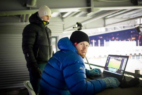 PÅ JOBB: Sondre Skrede (framme) vart tilsett med Knut Øystein Ripe (t.v.) for å styrke analysearbeidet til Sogndal Fotball.