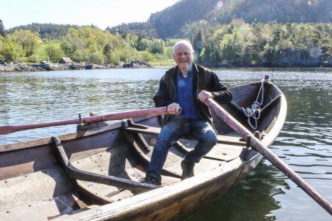 SISTE TUREN: Vi var med Arne på hans siste rotur med båten han og faren bygde i 1976, før båten blir ein del av utstillinga ved Kystmuseet i Florø.