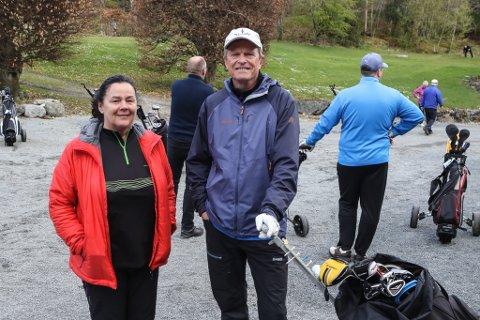 GOLF: Formann i Florø golfklubb Tove Natvik og Arne Olsen som har leia baneprosjektet.