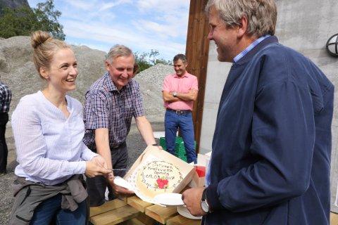 OPNINGSFEST: Tidleg i august var dåverande konsernsjef i OBOS, Nils Bøhler (i midten) med på opninga av Strupen Kraft i Myklebustdalen. T.v. prosjektleiar OBOS, Ingrid Amundsen Welde, t.h. gunneigarrepresetant Per Jarle Myklebust.