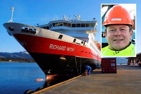 """Hurtigruta """"Richard With"""" ved kai i Florø. Innfelt dagleg leiar Tor Førde hos K. Jansen."""