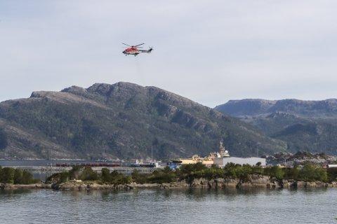LEITAR: Måndag morgon leita redningshelikopteret til CHC i området ved verftet.
