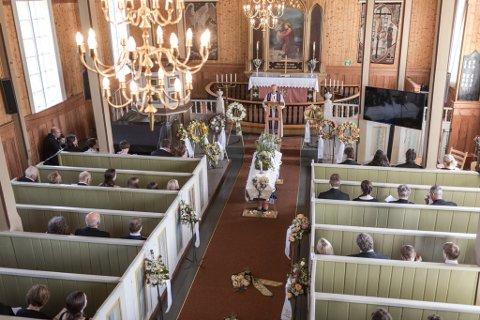 FULLSETT: Gravferda til Karoline Ynnesdal i Brekke kyrkje, 15.juni 2020. Pga restriksjonane, måtte annakvar benk vere tom.