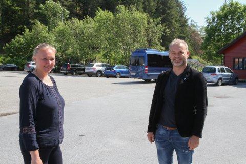 Florø Parkering og Kinn kommune lagar til  ny bubilparkering på plassen ved klubbhuset. Dagleg leiar Anita Eikevik  og ordførar Ola Teigen er rimeleg nøgde med initiativet.
