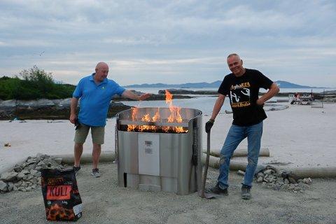Stein Kvalsund og Ole Martin Bøhn ser ut til å vere nøgde med dei nye, faststøypte grillane på Sørstrand.