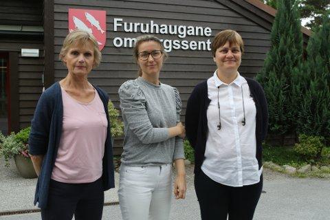 ORSAKAR: – Vi må berre beklage at vi ikkje fekk på plass kjøletårn før no, seier kommunalsjef for helse og velferd Norunn Stavø (t.v.), saman med avdelingsleiar Eva Linn Eggen og tenesteleiar Grete Apalseth ved Furuhaugane omsorgssenter.