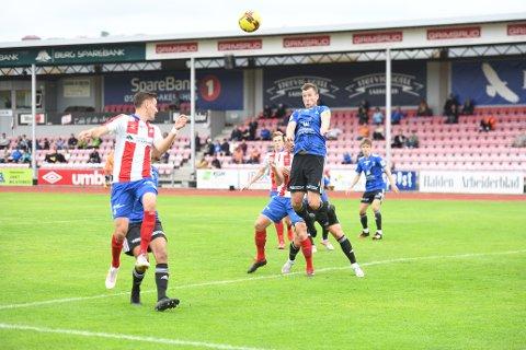HUSA: Her vinn kapteinen i lufta. Florø tapar fortent i Halden, men det er små marginar i fotballen. Det kunne ha vore annleis!