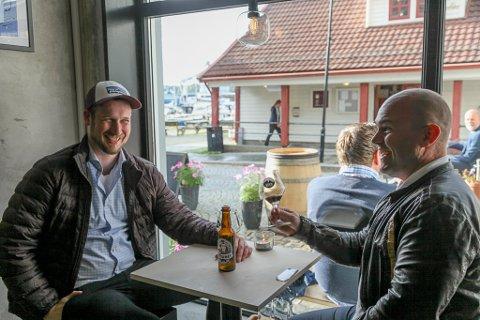 ØLPILGRIMMAR: Kompisane f.v Aleksander Haugaasen Holm og Kris Mikkelsen er på helgetur til Florø for å pleie forhaldet med øl og god mat.