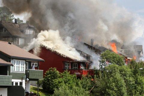 BRANN: Fire rekkehusbustader brann ned til grunnen i Torvmyra i Florø onsdag ettermiddag.