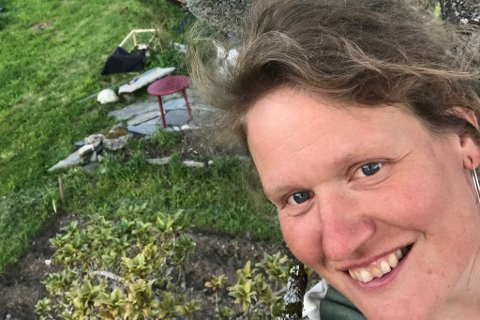 UT I VERDA: Siri Helle bygde eigen utedo og lagde bok om det. No skal boka ut i verda.