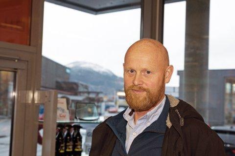 MÅSEPROBLEM: Stein Kjetil Holvik fortel at når ein lever av å levere bilar tilbake reine til kunden, er måsar som skit dei ned så snart dei kjem utanfor bedriftsdøra langt frå optimalt.