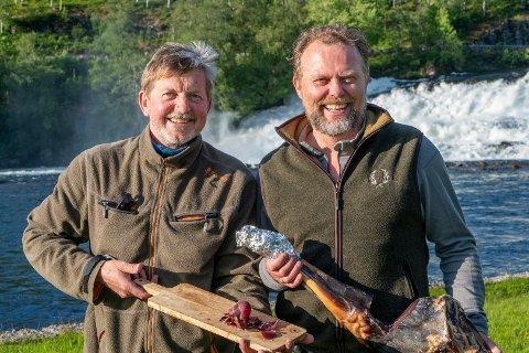 NY STATUS: Om forprosjektet går etter planen, vil Norsk Hjortesenter på Svanøy i framtida få status som nasjonalt kompetansesenter for viltkjøt. Her ser du dagleg leiar Johan Trygve Solheim, saman med kokk og restaurantdrivar Ole Jonny Eikefjord.