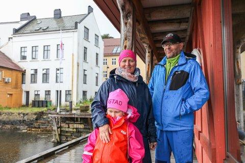 TURIST: Mamma Marianne, pappa Olaf og Cesilie (6) er på ferie i Florø. Men Cesilie vil heller på leikeplassen enn å prate med Firdaposten.