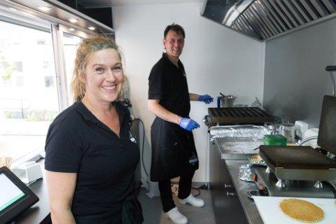 VAFFEL-GRÛNDERAR: Sandra og Patrick Lancee begynte å selje varene sine frå denne vogna, men har sidan opna restaurant på Sandane.