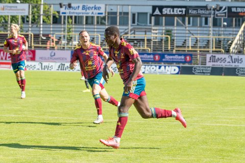 """SCORA: """"Ola"""" Tanimowo scora 0-1 målet for Florø Fotball i Moss. Lorent Callaku kjem her springane til for å gratulere. Heilt til venstre, toppscoraren i divisjonen, Jonatan Braut Brunes."""