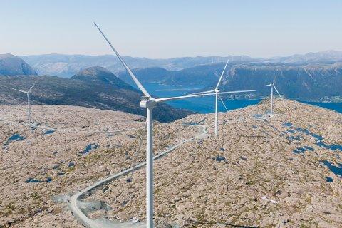 MONTERING: Arbeidet med å montere vindmøller pågår for fult på Guleslettene vindpark like ved Florø. Foto: Tore Meek / NTB scanpix