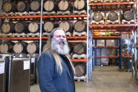 GIN-KONGE: Stig Bareksten frå Florø er dagleg leiar og ein av mange aksjonærar i handverksbrenneriet Oss Craft Distillery i Bergen.