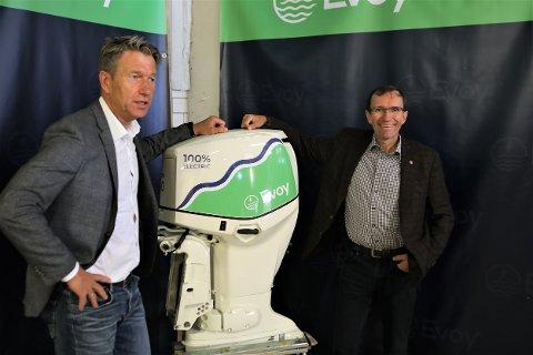 FRAMTIDA: Espen Barth Eide t.h. og Terje Åsland her med verdas kraftigaste el-påhengsmotor. I 2023 er målet 300 HK, og i 2025 skal Evoy kunne levere ein med heile 450 hestekrefter.
