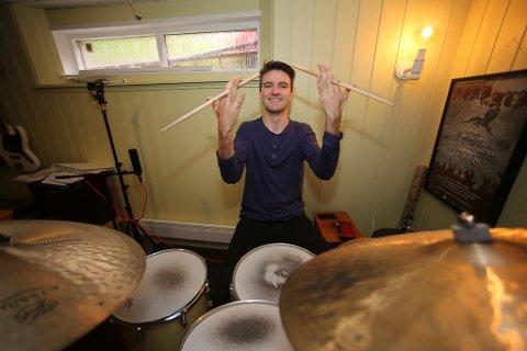 PÅ VEG MOT PROFF: Benjamin Sagebø har musikk og rytmikk som rettesnor i livet og siktar seg inn på eit liv som musikar.