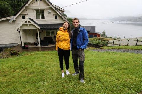 BONDELYKKE: I idylliske omgjevnader på Grov har Ina-Linn (22) og Kristoffer (26) etablert seg. Her skal det unge paret drive jordbruk, fiske og jakt. Men møtet med byråkratiet har vore vanskeleg.