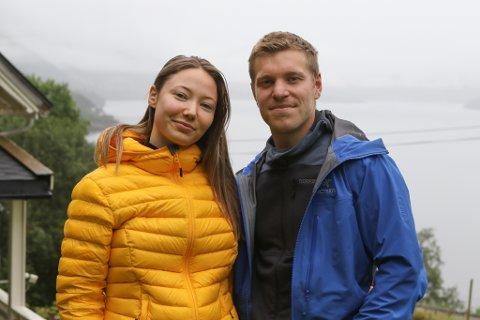 BONDELYKKE: I idylliske omgjevnader på Grov har Ina-Linn (22) og Kristoffer (26) etablert seg. Avslaget om å få legge ut ei flytebrygge ved sjøen skapte mykje frustrasjon for paret, men no har fylkesmannen snudd.